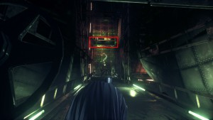 5. Перейдите в коридор, теперь комнату под фойе можно оставить в покое. Перед вами решётка и вопросительный знак, бросьте управляемый Бэтаранг через отверстие, теперь вам остаётся попасть в точку в вопросе.