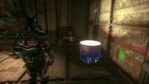 5. Идём дальше по коридору, замечаем светильник, подходим к нему слева от него лежит коробка.
