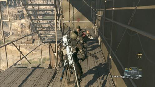 где прячется жало снайпера mgs5