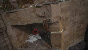 Внизу вы обнаружите отверстие в стене, там находится очередное сокровище.